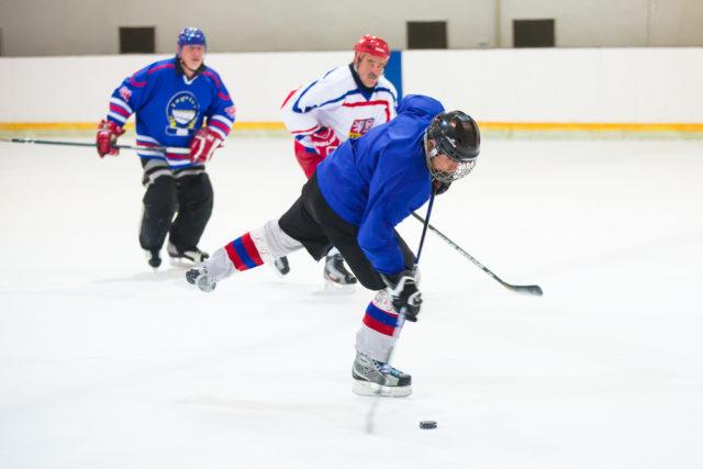 Ni siquiera 1/500 de segundo bastó para capturar el movimiento del palo de hockey al disparar.