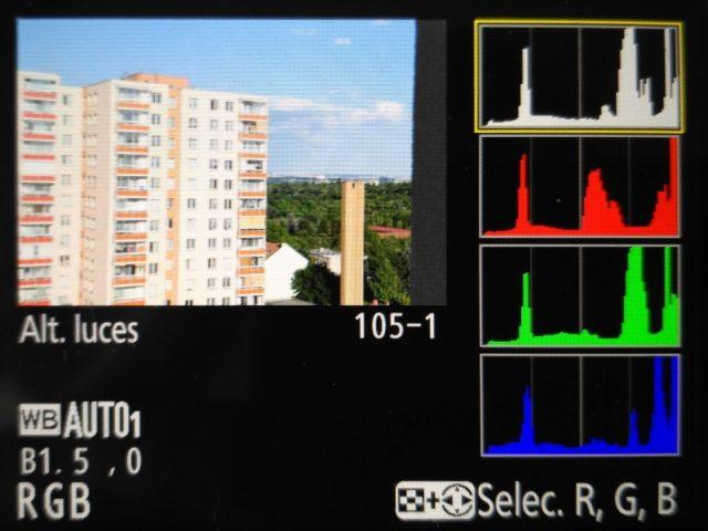 Una de las opciones de visualización del histograma en las cámaras Nikon es mostrar el RGB, junto con el histograma de brillo y la saturación.