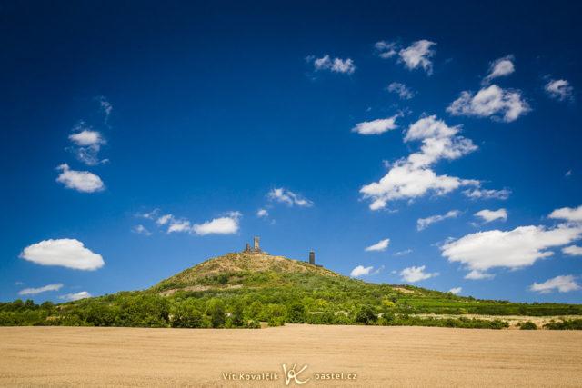 El horizonte colocado en la parte inferior resalta las ruinas solitarias del castillo flotando entre las nubes.