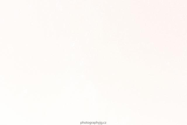 Una imagen de estrellas, con una sobreexposición en los extremos del histograma.