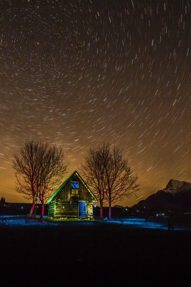 """Una imagen que resume todo: para tomar esta fotografía, se utilizó una brújula para encontrar la Estrella Polar, con ayuda de una linterna, un flash y filtros de color se """"coloreó"""" la escena y se utilizó cinta adhesiva a modo de disparador de cable."""