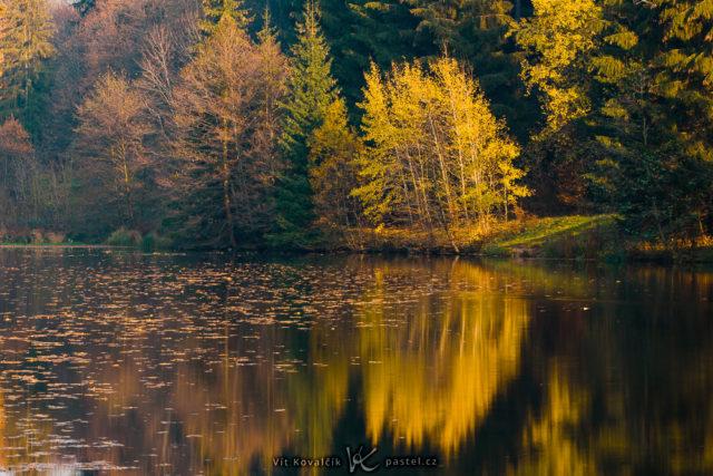 El reflejo en la superficie del agua ha obligado colocar el horizonte en el medio.