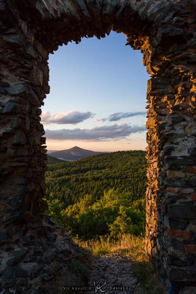 Ruinas de un castillo usadas para el encuadre del paisaje.