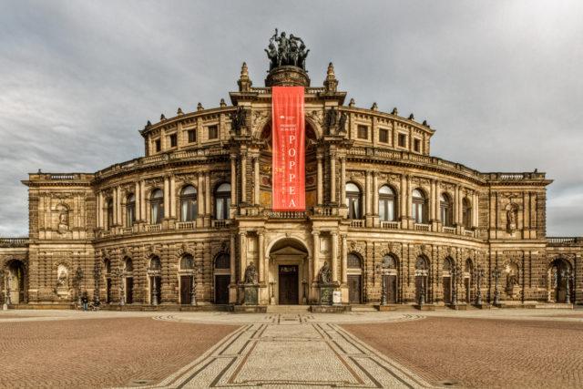 La ópera de Dresde la fotografié por la mañana, por lo que la iluminación del sol era de unos 45º y desde la derecha.
