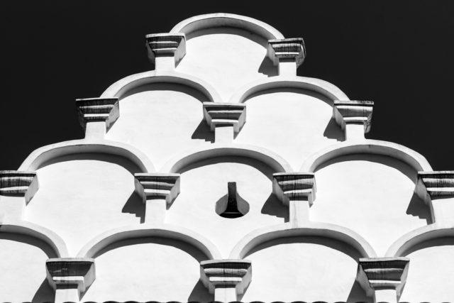 La posición ideal de la luz matinal (sol directo) es la clave de esta fotografía de un detalle arquitectónico.