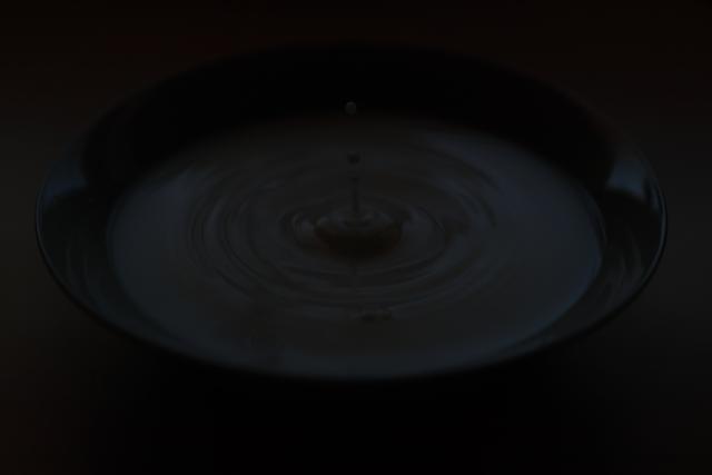 Foto ilustrativa de una gota de agua incidiendo sobre una superficie.