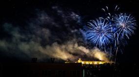Aprender a fotografiar los fuegos artificiales: Fuegos artificiales en el castillo de Špilberk de Brno (República Checa).