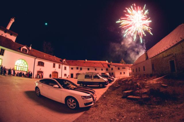 Aprender a fotografiar los fuegos artificiales: Patio y espectadores de un espectáculo de fuegos artificiales de una boda.