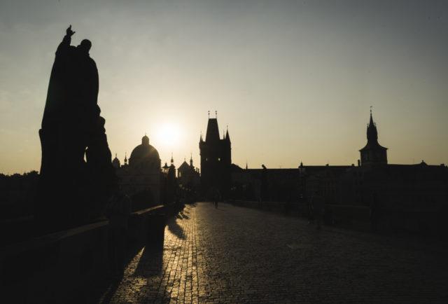 Cómo fotografiar monumentos: Las mañanas son perfectas para las imágenes de siluetas formadas por la luz de un sol matutino, bajo en el firmamento.