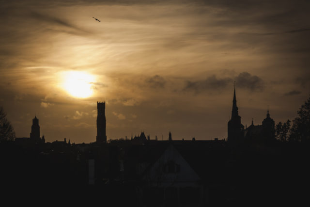 Cómo fotografiar monumentos: Justo antes de la puesta del sol, el cielo se tiñe de amarillo-naranja.
