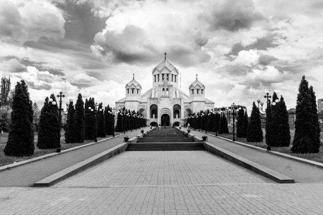 Cómo fotografiar monumentos: Las líneas de árboles, junto con los caminos a los lados, crean unas líneas directrices que conducen a hacia la iglesia.