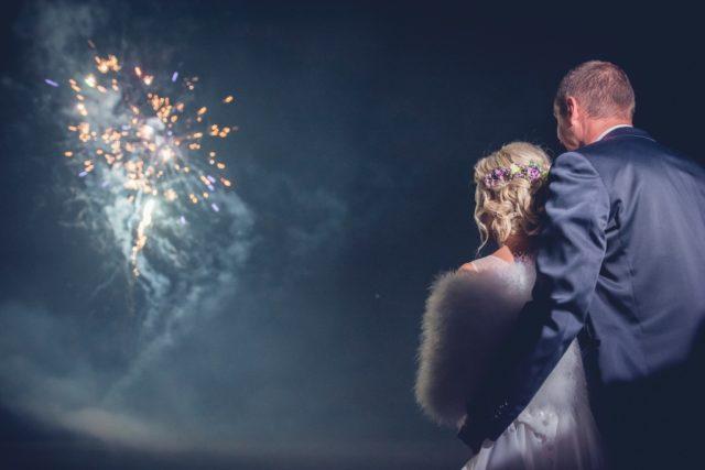 Aprender a fotografiar los fuegos artificiales: Fuegos artificiales con una iluminación improvisada con un teléfono móvil.