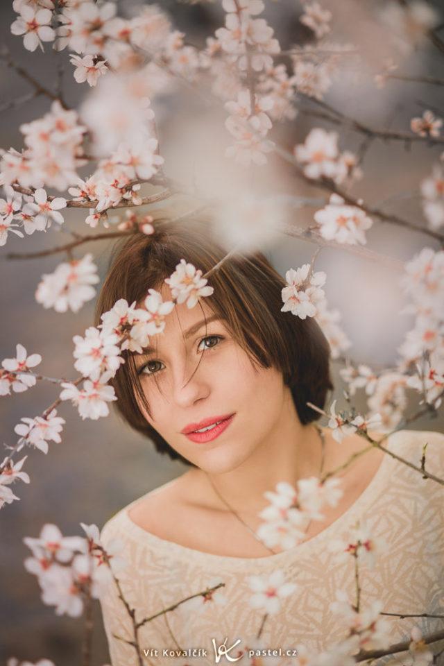 Crea retratos sugestivos en naturaleza: Los árboles en flor durante la primavera crean un precioso efecto en la fotografía.