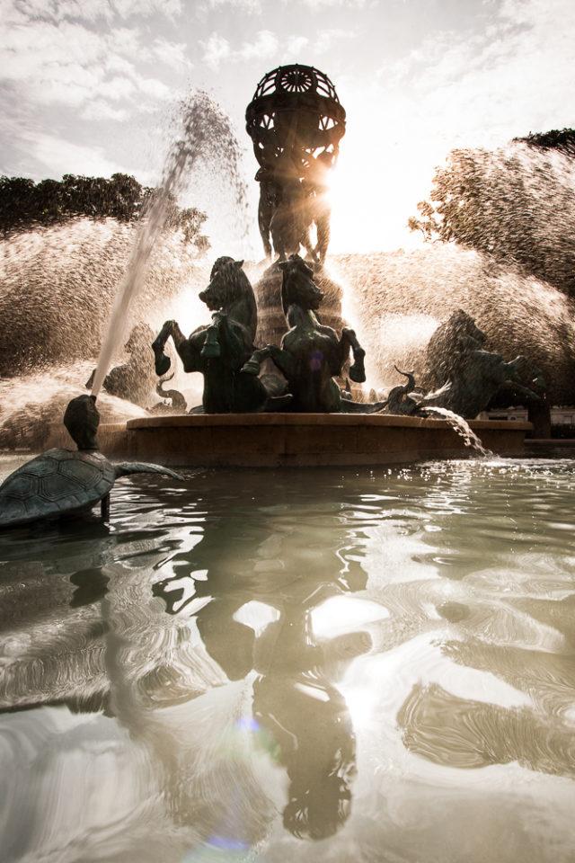 6 consejos básicos para hacer fotografías del agua: Fuente con su reflejo en el agua.