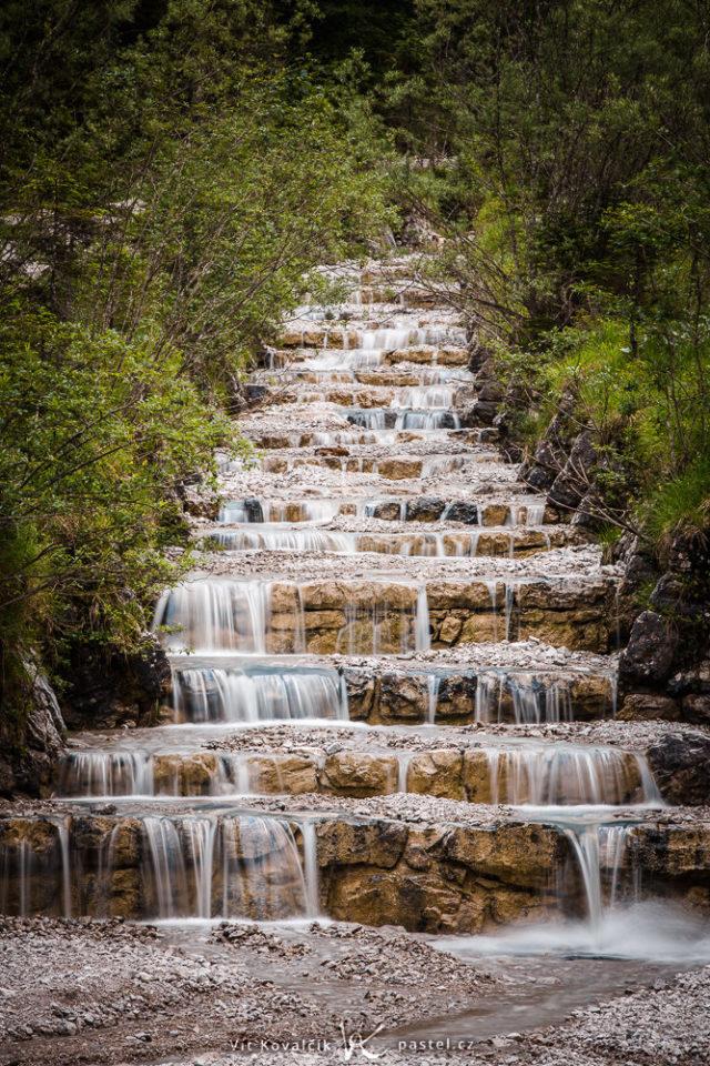 6 consejos básicos para hacer fotografías del agua: Cascada artificial en los Alpes de Alemania.
