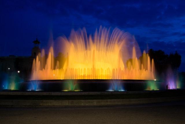 6 consejos básicos para hacer fotografías del agua: La Fuente Mágica de Barcelona iluminada.