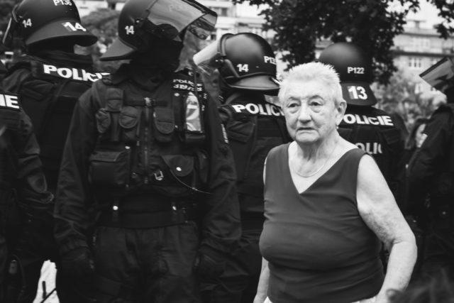 Los 7 desafíos de los reportajes fotográficos: Aquí, la fila de policías estaba separando dos manifestaciones diferentes.