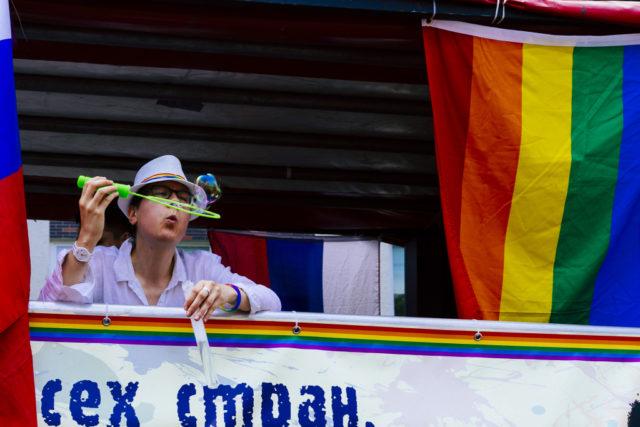 Los 7 desafíos de los reportajes fotográficos: Mientras un fuerte sol brillaba en el exterior, el interior de las carrozas en el desfile de Christopher Street Day en Berlín, estaba umbrío.