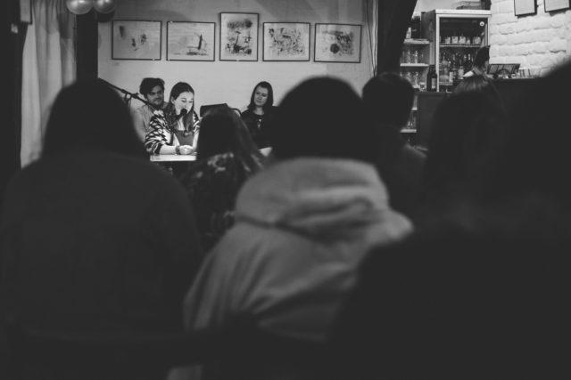Los 7 desafíos de los reportajes fotográficos: Inmediatamente queda claro quién es la estrella en este encuentro literario.