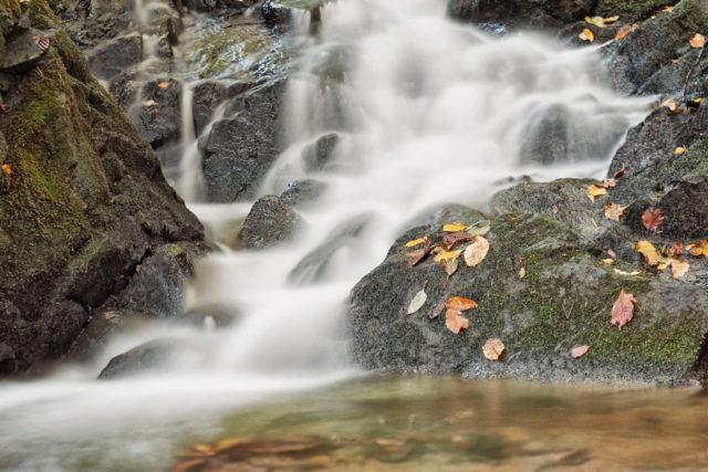 Cómo fotografiar cosas en movimiento: Una cascada en otoño, toma realizada con un tiempo de exposición largo.