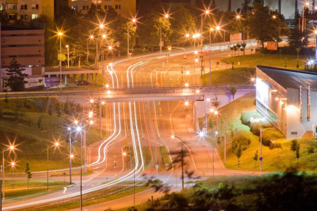 Cómo fotografiar cosas en movimiento: Las luces de la noche en movimiento en la ciudad.